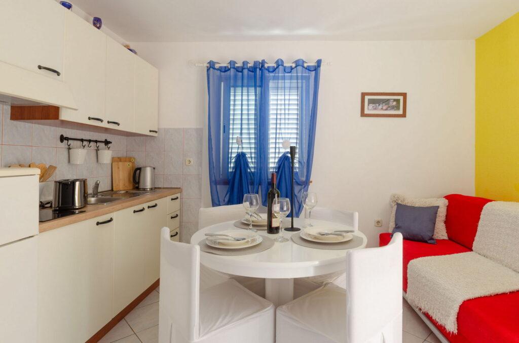 summeronkorcula apartment gariful kitchen dining area 09 2020 pic 03 1024x678