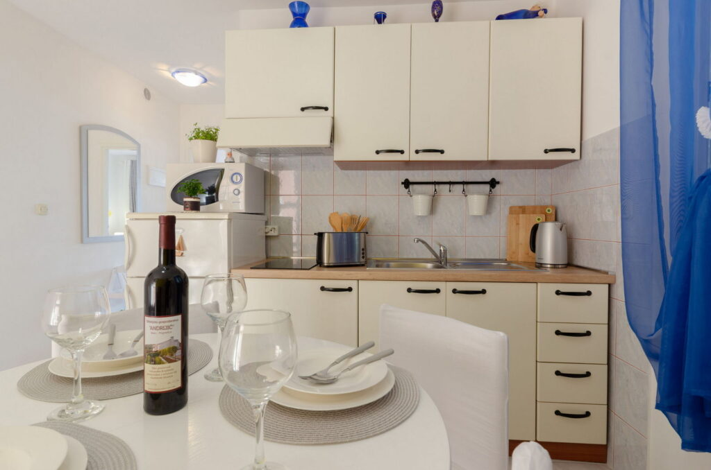 summeronkorcula apartment gariful kitchen dining area 09 2020 pic 04 1024x678