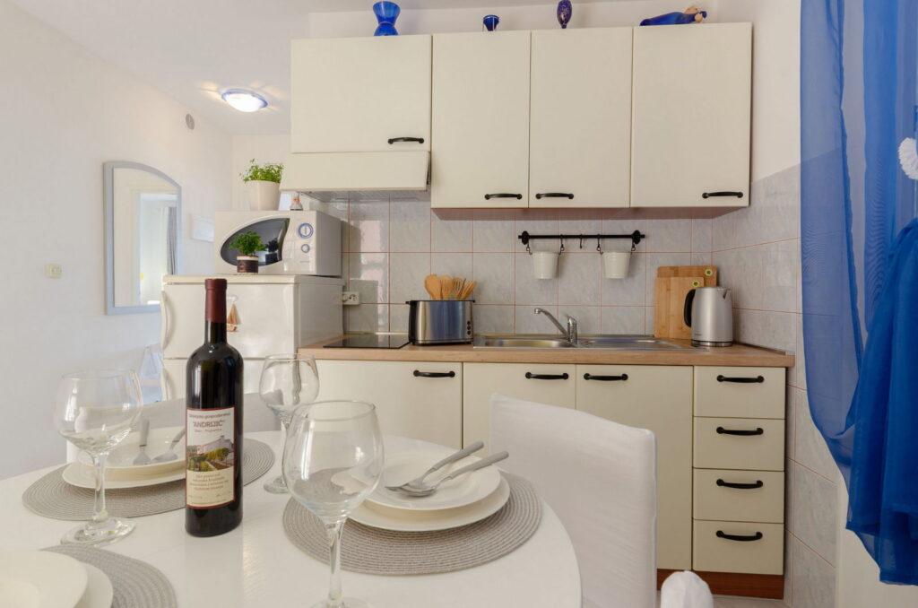 summeronkorcula apartment gariful kitchen dining area 09 2020 pic 04 1024x678