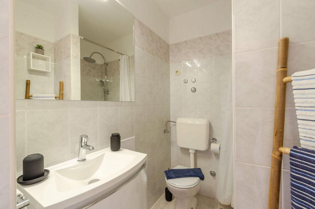 summeronkorcula apartment mimoza bathroom 09 2020 pic 01 1024x678