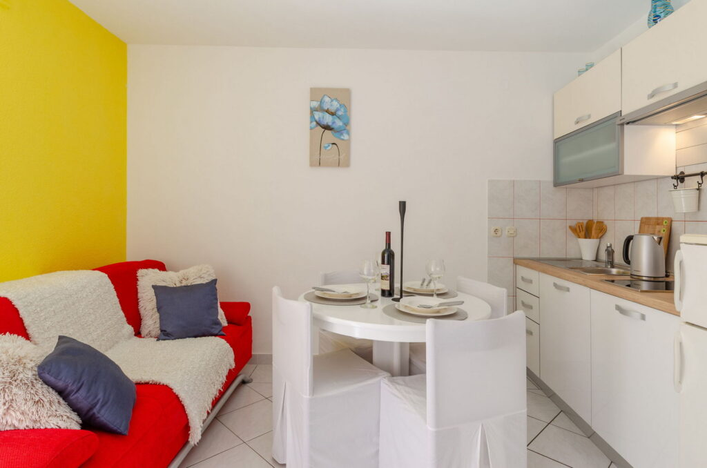 summeronkorcula apartment mimoza kitchen dining area 09 2020 pic 02 1024x678