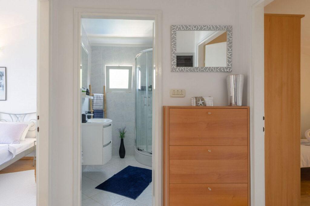 summeronkorcula apartment ruzmarin bathroom 09 2020 pic 01 1024x680