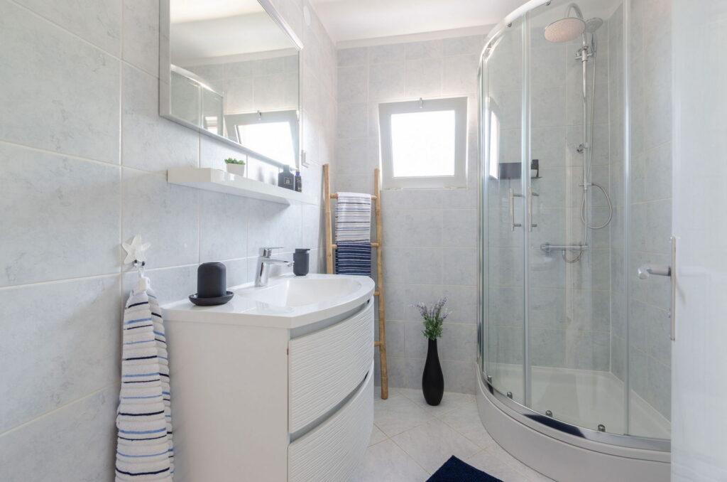 summeronkorcula apartment ruzmarin bathroom 09 2020 pic 02 1024x678