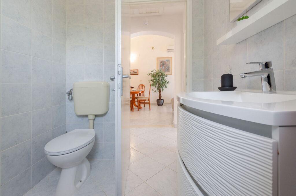 summeronkorcula apartment ruzmarin bathroom 09 2020 pic 03 1024x678