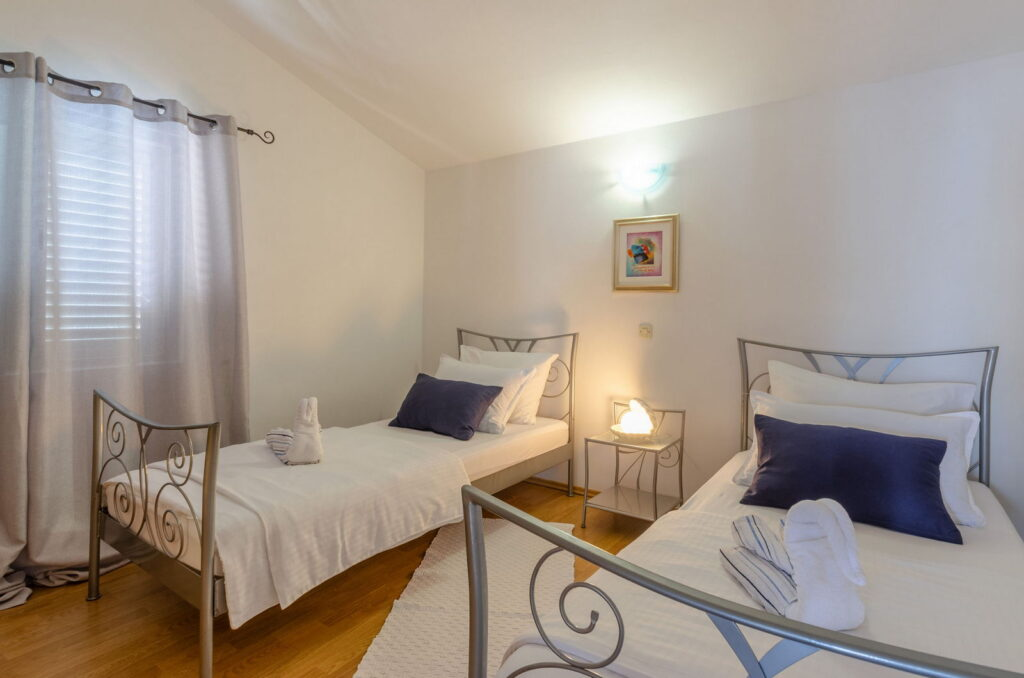 summeronkorcula apartment ruzmarin bedroom2 09 2020 pic 01 1024x678
