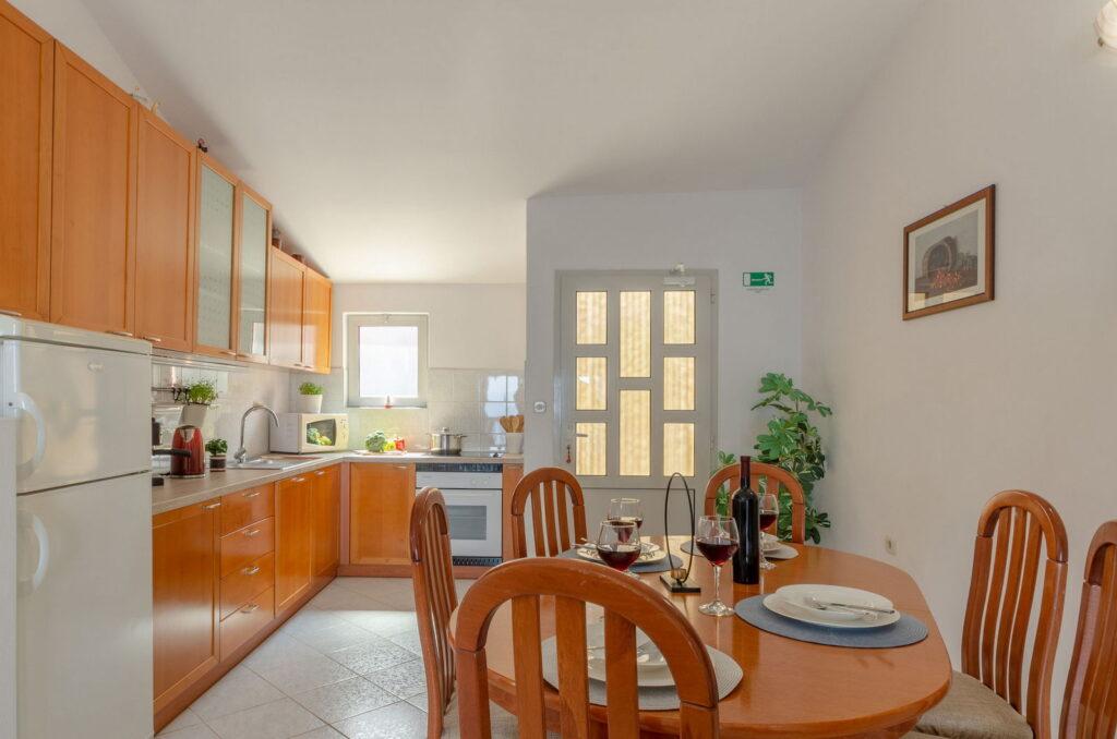 summeronkorcula apartment ruzmarin kitchen 09 2020 pic 02 1024x678