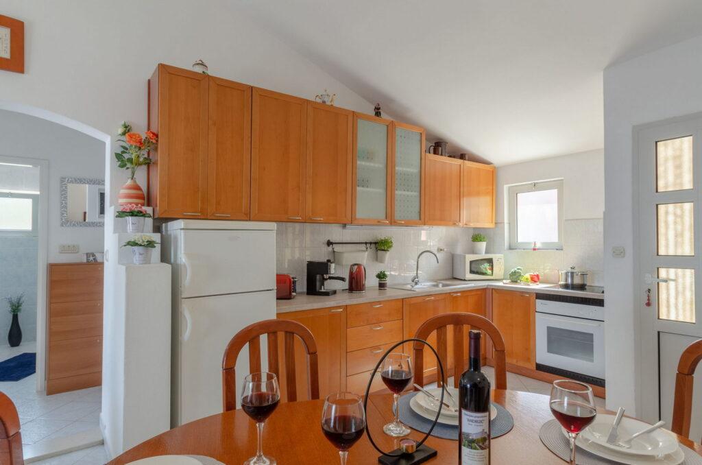 summeronkorcula apartment ruzmarin kitchen 09 2020 pic 05 1024x678