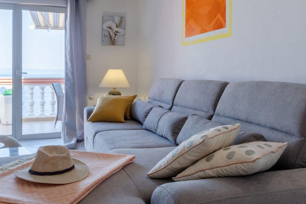 summeronkorcula apartment ruzmarin livingroom detail 09 2020 pic 01 1024x683