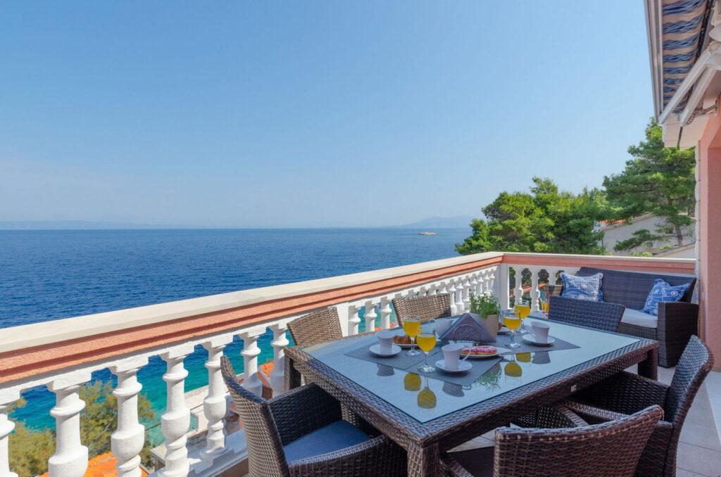 Prostran balkon s pogledom na more iz apartmana Andrijić Ružmarin u Prigradici